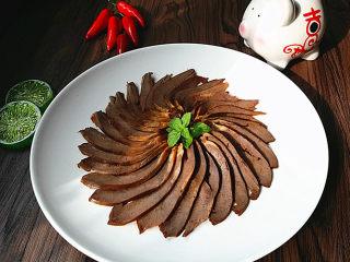 #黑酱油# 香辣卤猪心,装盘,开始享用吧
