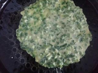 #绿色美食#韭菜鸡蛋饼,电饼铛刷一层菜籽油,倒入两勺面糊,快速摊平。