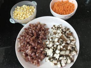 蒸腊味糯米饭,腊肠,香菇,红萝卜切粒,玉米剥粒 我用的新鲜蘑菇,要是香菇干就要提前泡发哟
