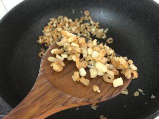蒸腊味糯米饭,炒至水分干,肉质收紧微黄,香味浓郁时