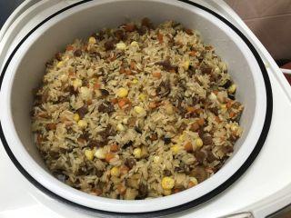 蒸腊味糯米饭,倒入电饭锅隔水蒸25分钟焖5分钟