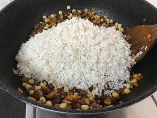 蒸腊味糯米饭,倒入泡好的糯米