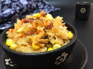 蒸腊味糯米饭,出锅盛出,美丽极了! 颗粒分明,带点嚼劲,腊味香,海味鲜~简直不能再美了