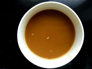肉沫豆角豆腐丝,小碗里放入两勺生抽,两勺料酒,一勺醋,半勺糖,两勺淀粉,一点点盐(因为已经放了一勺黄豆酱,不放盐也行)。搅拌均匀