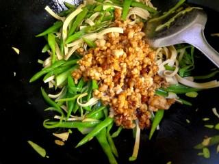 肉沫豆角豆腐丝,倒入肉馅翻炒。把小碗里的调料全部倒入锅中,大火烧开并翻炒均匀关火出锅
