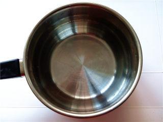 秋冬季养胃暖身最佳饮品--姜枣奶茶,将清水倒入小奶锅中煮沸;