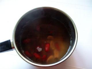秋冬季养胃暖身最佳饮品--姜枣奶茶,继续煮约3分钟即可离火;