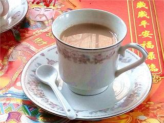 秋冬季养胃暖身最佳饮品--姜枣奶茶,把做好的奶茶倒入自己喜欢的茶杯中,让我们享受这温暖的下午茶吧。