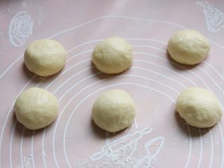 菠萝包,面团排气后分割成六份,滚圆盖上保鲜膜松驰二十分,再次滚圆。