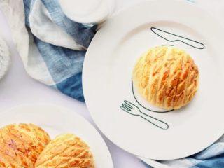 菠萝包,美味的菠萝包就做好了,可以夹黄油食用,经典美味。