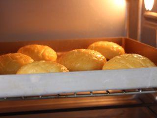 菠萝包,放入调整至180度的烤箱烤二十五分钟(我家烤箱温度偏低,具体时间以上色程度,自家烤箱的脾气为准)。