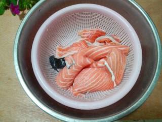 黑~花椒香三文鱼骨,刮去鱼鳞,冲洗干净,沥干水