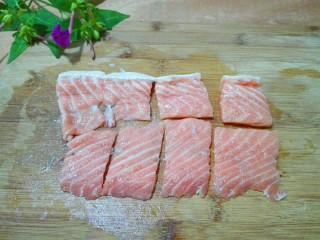 黑~花椒香三文鱼骨,腌制时间到了,取出三文鱼骨,切成小块