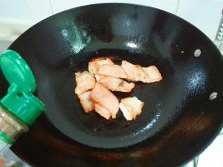 黑~花椒香三文鱼骨,放适量椒盐,盛盘,取一小朵熟的西蓝花装饰一下