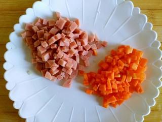 甜香披萨饼(平底锅版),佐餐肠、胡萝卜切丁,直径和玉米粒差不多