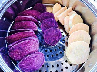 紫薯南瓜饼,切片,别太厚,蒸的时候会好熟,在篦子上摆好,放锅蒸,大火烧开后关小火蒸大概15分钟,具体时间你切红薯块的大小