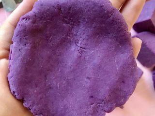 紫薯南瓜饼,用手揉圆按压成圆饼状