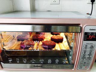 紫薯南瓜饼,烤箱预热,上下火180℃,烤15分钟就可以啦!当然家里没有烤箱的亲们,平底锅是也可以做的