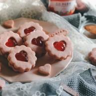"""草莓酱夹""""心""""饼干"""