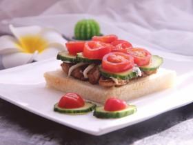 开放式鸡肉三明治