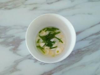 凤尾虾球,葱姜蒜切好放入碗中,加入适量清水浸泡半小时