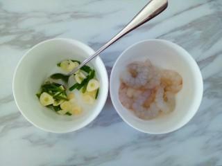 凤尾虾球,清洗好干净的虾仁放入小碗中,加入几勺葱姜蒜水