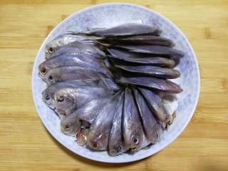 文火烧晶鱼,小晶鱼去鳃去内脏,清洗干净。