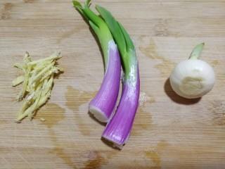 文火烧晶鱼,准备葱,姜切丝,蒜,