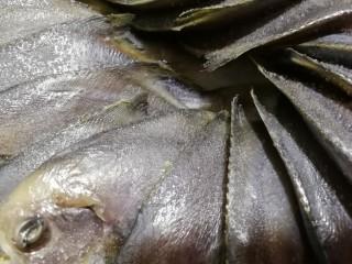 文火烧晶鱼,撒上一小勺盐腌制一会儿。