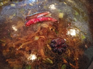 文火烧晶鱼,添入适量的温水。