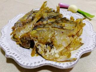 文火烧晶鱼,收汤后将晶鱼摆放在盘中,淋上汤汁,鲜香美味,我的最爱!