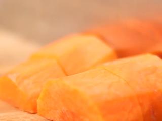 蔬菜鱼饼,胡萝卜、芹菜、青椒切块。