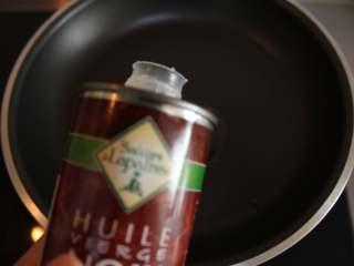 芦笋虾仁钱袋蛋包饭(适合15个月以上的宝宝),锅内倒入适量的核桃油