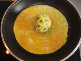芦笋虾仁钱袋蛋包饭(适合15个月以上的宝宝),鸡蛋加盐打散,在另一个煎锅里加入适量的核桃油,倒入蛋液,摊成蛋饼,放上饭团