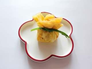 芦笋虾仁钱袋蛋包饭(适合15个月以上的宝宝),把摊好的蛋饼里放入炒好的饭团,包起来,用芦笋系上即可
