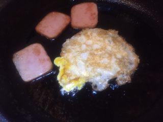 五分钟快手早餐➕吐司煎蛋五餐肉三明治_,反过面煎熟即可。