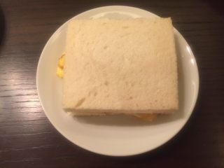 五分钟快手早餐➕吐司煎蛋五餐肉三明治_,在盖上一片吐司面包就可以吃了。