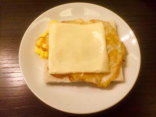 五分钟快手早餐➕吐司煎蛋五餐肉三明治_,放在鸡蛋上。