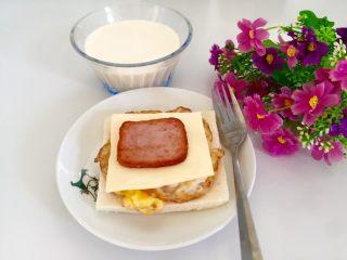 五分钟快手早餐➕吐司煎蛋五餐肉三明治_,配牛奶吃,即简单又营养。
