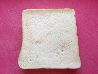 五分钟快手早餐➕吐司煎蛋五餐肉三明治_,取出两片吐司面包。