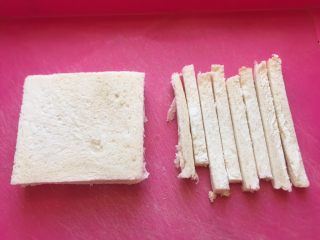 五分钟快手早餐➕吐司煎蛋五餐肉三明治_,把四边切掉,只要中间的。