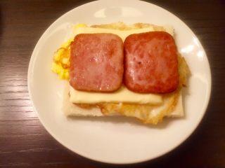 五分钟快手早餐➕吐司煎蛋五餐肉三明治_,午餐肉在放在上面六做好了。