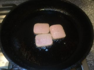 五分钟快手早餐➕吐司煎蛋五餐肉三明治_,平底锅倒入适量茶油烧热放入午餐肉。