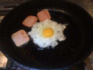 五分钟快手早餐➕吐司煎蛋五餐肉三明治_,在打一个鸡蛋。