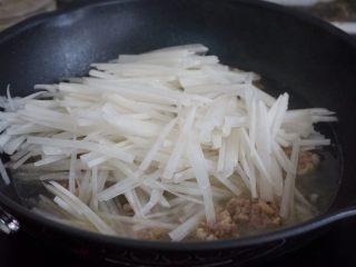 萝卜丝肉丸汤,加入萝卜丝