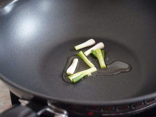 萝卜丝肉丸汤,锅里加油加葱白烧热