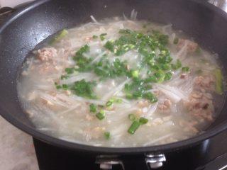 萝卜丝肉丸汤,最后加入葱花