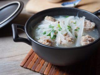 萝卜丝肉丸汤,盛起即可品尝
