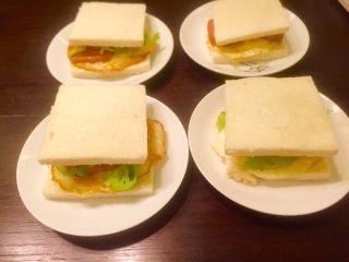 五分钟快手早餐➕吐司煎蛋五餐肉三明治_,三明治做好了,