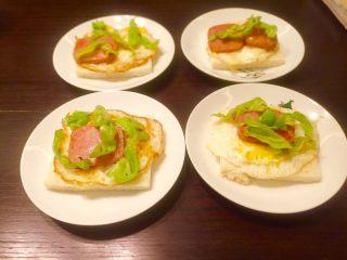 五分钟快手早餐➕吐司煎蛋五餐肉三明治_,加上几块辣椒更好吃,微辣